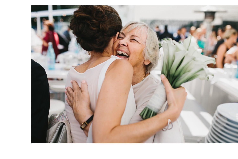 Braut und Bräutigam nehmen nach der freien Trauung die Gratulation der Gäste entgegen, die Braut hält einen Brautstrauß in der Hand