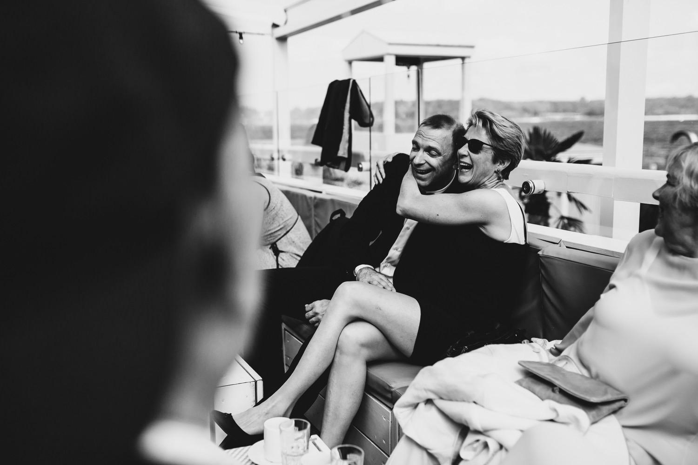 Gäste haben Spaß beim Empfang der Hochzeit nach der Trauung bei Champagner und Kuchen