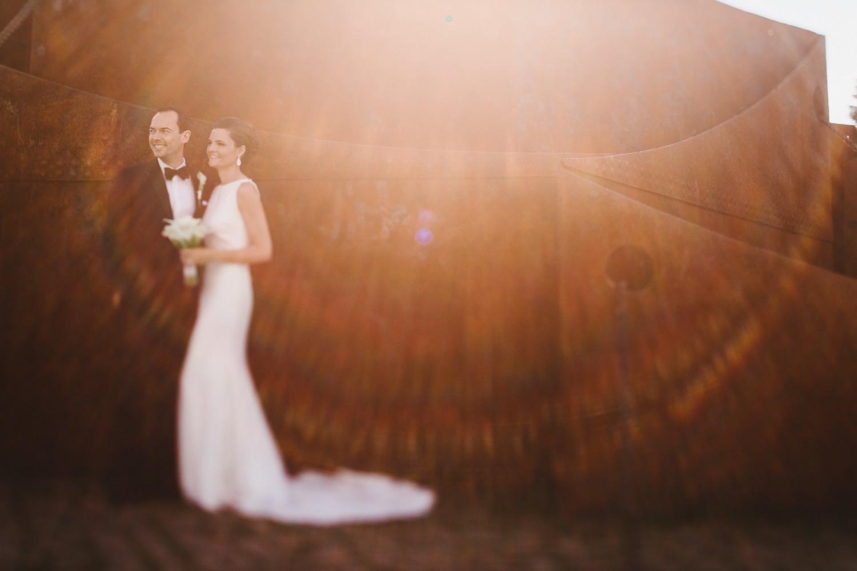 Braut und Bräutigam stehen im Gegenlicht für das Portraitshooting mit dem Hochzeitsfotograf Kiel