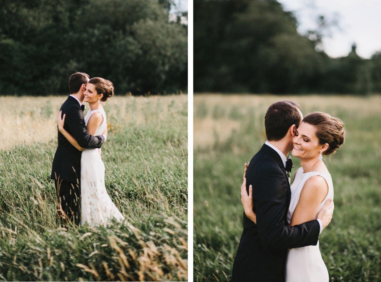 Das Hochzeitspaar steht im hohen Gras für die Hochzeitsportraits mit dem Hochzeitsfotografen