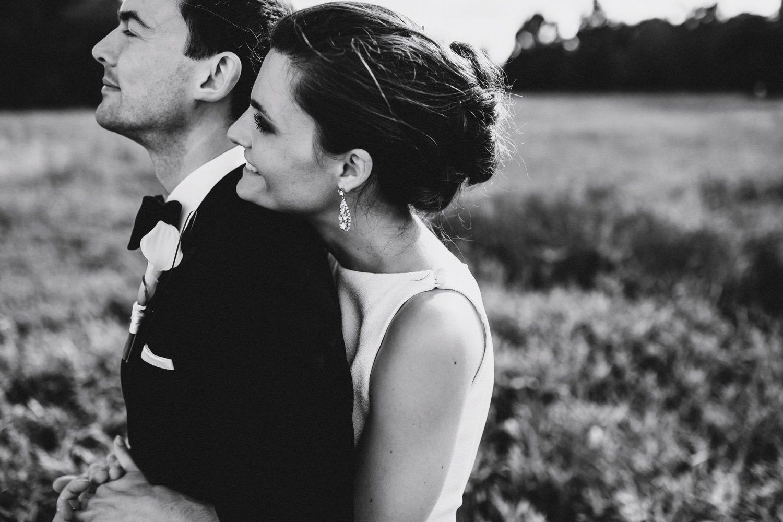 Die Braut umarmt ihren Bräutigam innig und genießen den Tag der Hochzeit