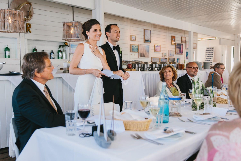 Das Brautpaar hält beim Dinner in der Seebar in Kiel Düsternbrook eine Rede vor den Gästen