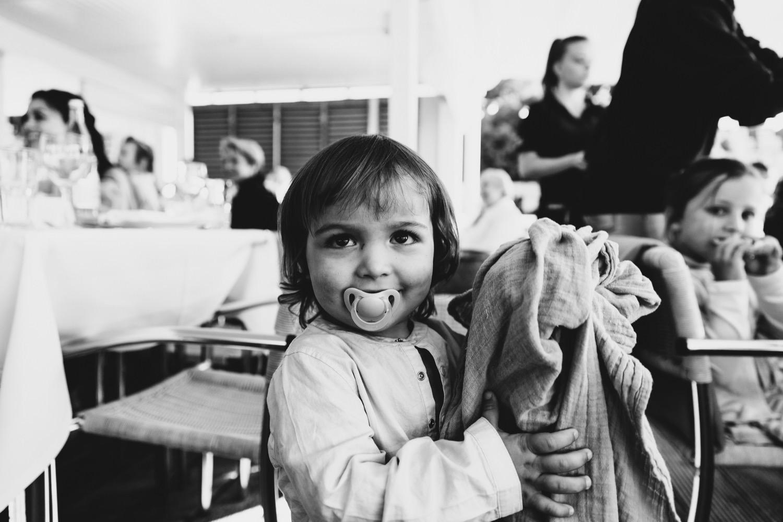 Ein Kind mit Schnuller auf der Hochzeit in der Seebar in Kiel