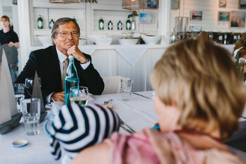 Gäste unterhalten sich beim Essen auf der Hochzeit in der Seebar