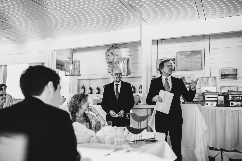 Die Väter der Brtaut und des Bräutigams halten eine Rede vor den Gästen in der Seebar in Kiel