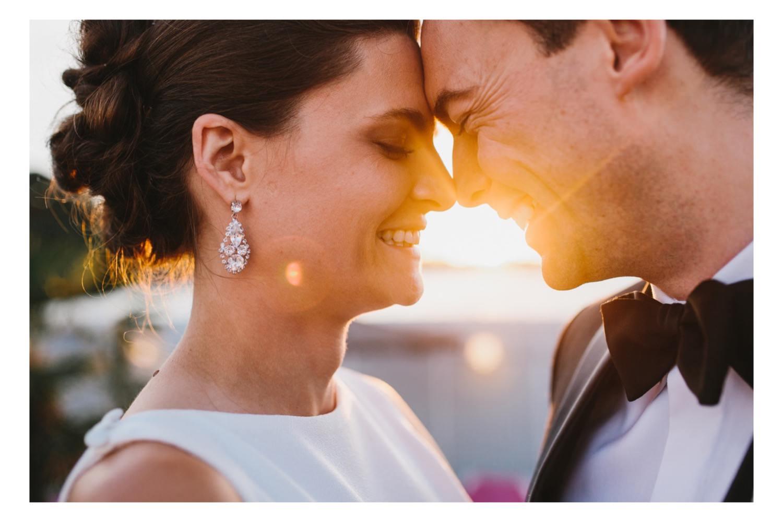 Ein Hochzeitsportrait mit Braut und Bräutigam im Licht des Sonnenuntergangs in der Seebar Düsternbrook an der Kieler Förde mit Hochzeitsfotograf Till Gläser