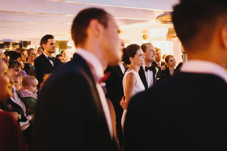 Das Brautpaar und die Hochzeitsgäste haben Spaß mit der gezeigten Slideshow vor der Hochzeitsparty