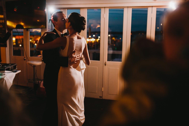 Braut und Bräutigam küssen sich nach dem Ehrentanz bei ihrer Hochzeit in der Seebar an der Kieler Förde