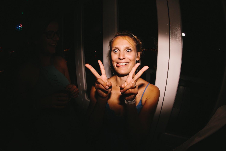 Hochzeitsgäste haben Spaß bei der Hochzeit und der Hochzeitsparty