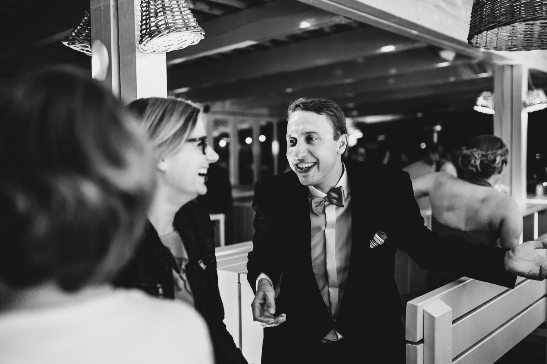 Gäste unterhalten sich bei der Hochzeitsfeier und lachen
