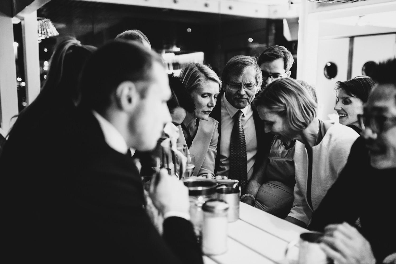 Die Hochzeitsgäste schauen zusammen die Hochzeitszeitung an