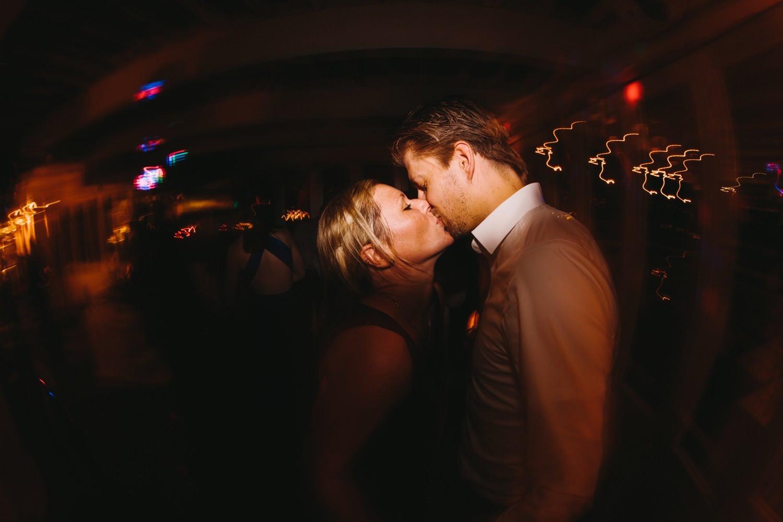 Küssende Gäste auf der Tanzfläche in der Seebar in Kiel