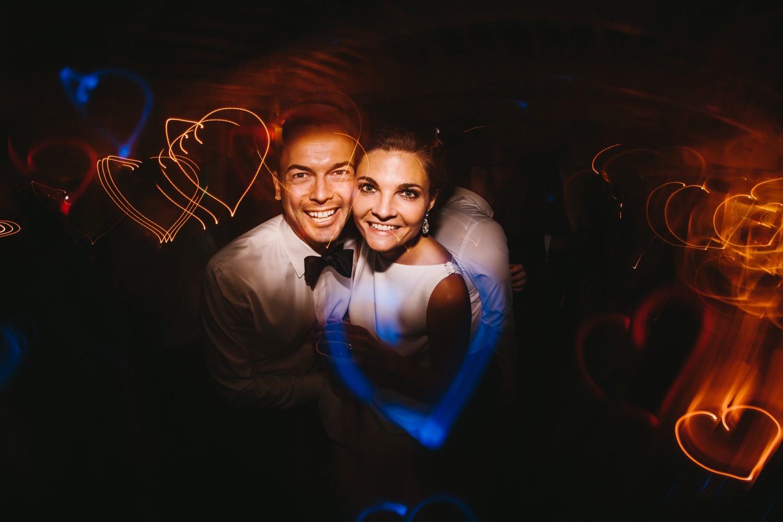 Brautpaar auf der Tanzfläche ihrer Hochzeit mit Lichteffekt in Herzform Hochzeitsfotograf Kiel