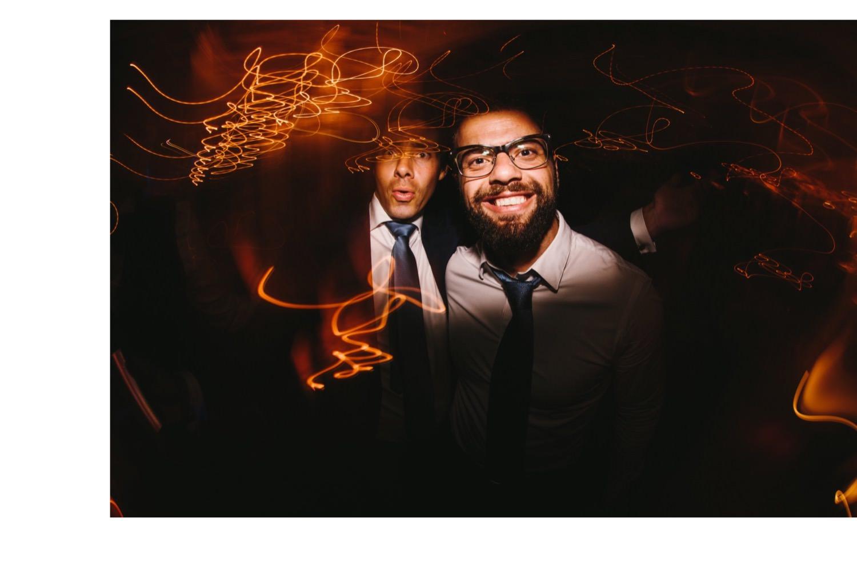 Lachender Hochzeitsgast auf der Party der Hochzeit