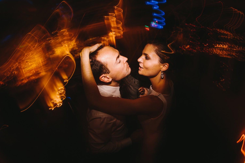 Braut und Bräutigam tanzen intensiv auf ihrer Hochzeitsparty zur Musik des DJ